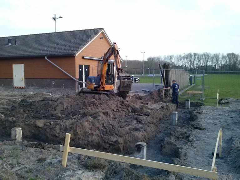 De uitbreiding van ons clubgebouw is nu echt begonnen, de heipalen zijn geslagen.