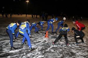 Wieteke wijst op de juiste schaatshouding & afzet