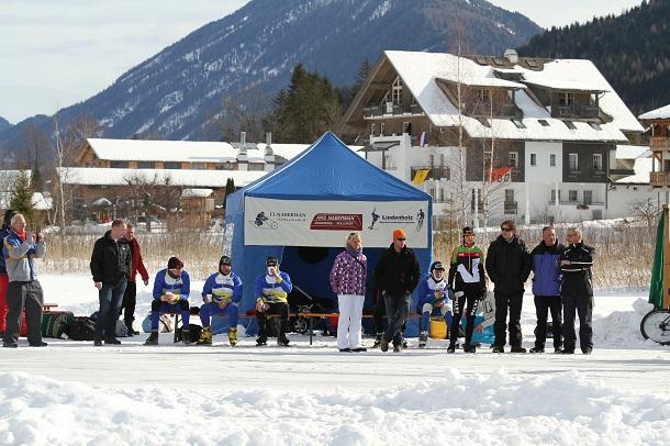 Schaatsers rijden Aternatieve Elfstedentocht op Weissensee uit