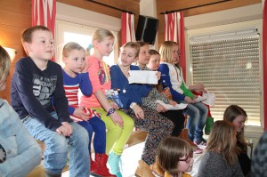 De kinderen zitten klaar met hun vragen